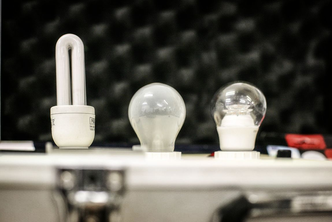 Matthias Kretschmer, Nachhaltigkeitspädagoge, Meinerzhagen, stellt die LED-Technologie vor. © Foto: Stefanie Schildchen