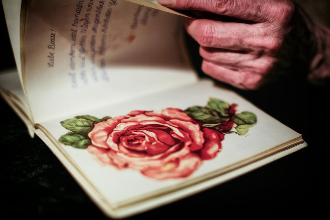 Beate Hoppe sammelt alte Poesiealben © Foto: Stefanie Schildchen