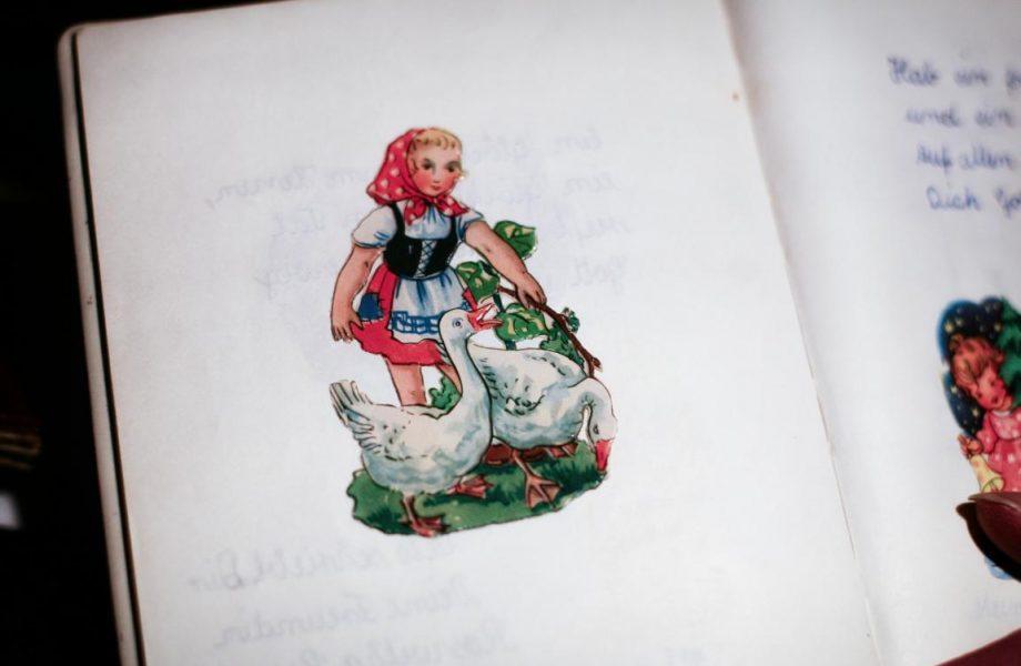 Aus den Sechzigern: Ein Glanzbilderbogen kostete 20 Pfennig. © Foto: Stefanie Schildchen