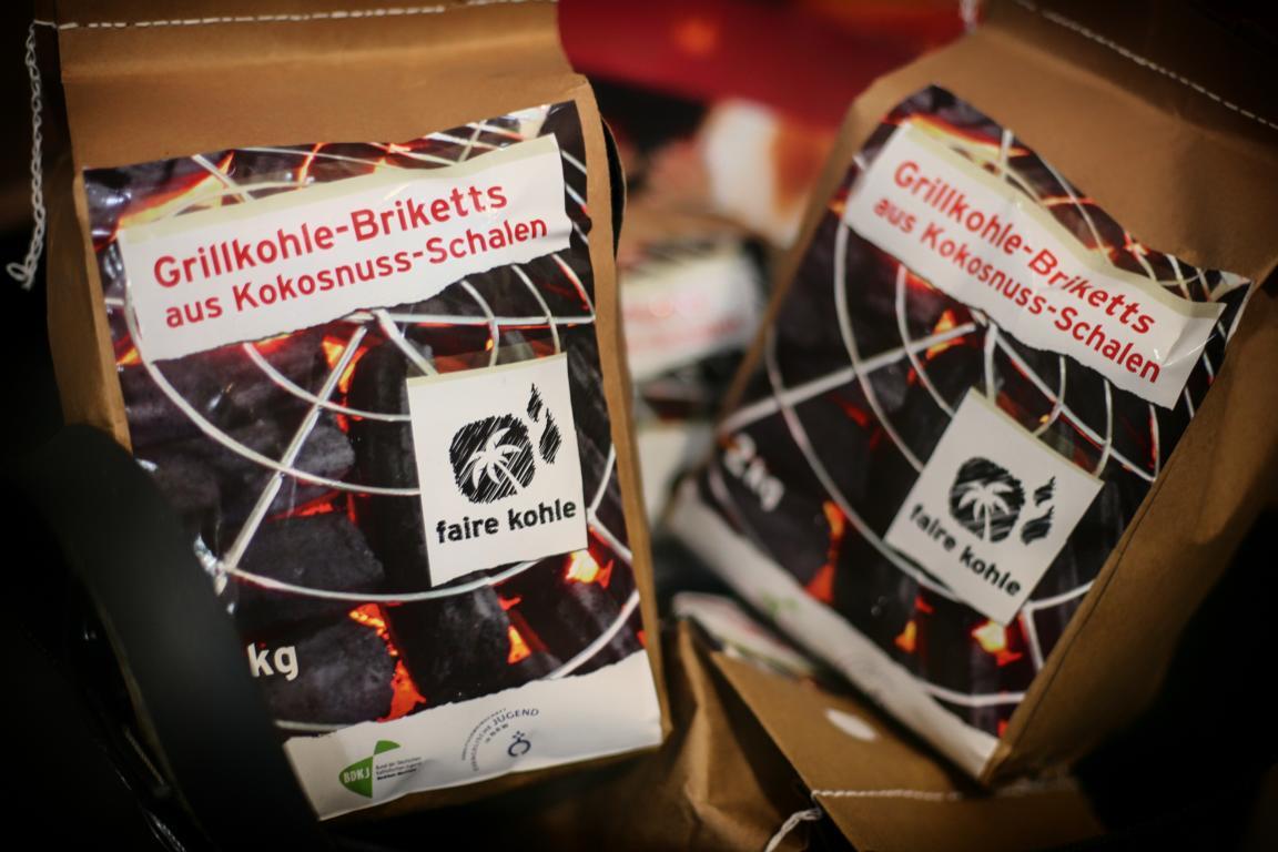 Grill-Kohle / Briketts aus dem Weltladen, Meinerzhagen © 2017 Foto: Stefanie Schildchen