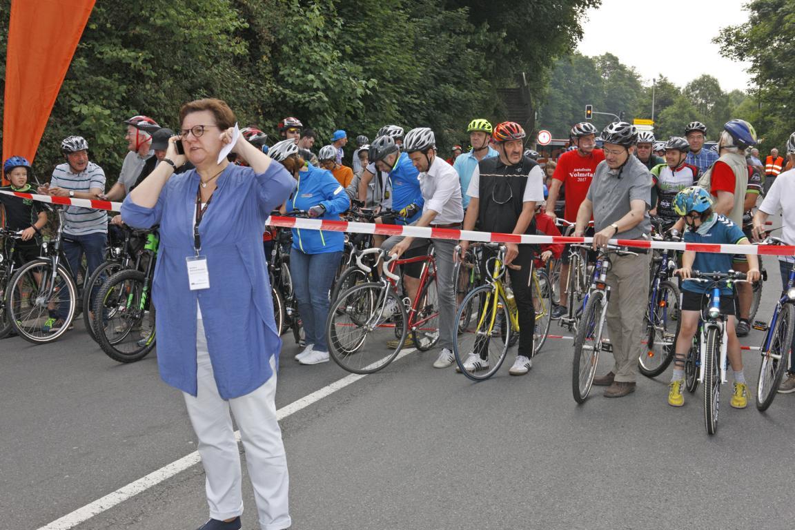 Kreisdirektorin Barbara Dientel-Kümper wartete am Handy auf das Okay für die Freigabe der Strecke. © Foto: Hendrik Klein/Märkischer Kreis