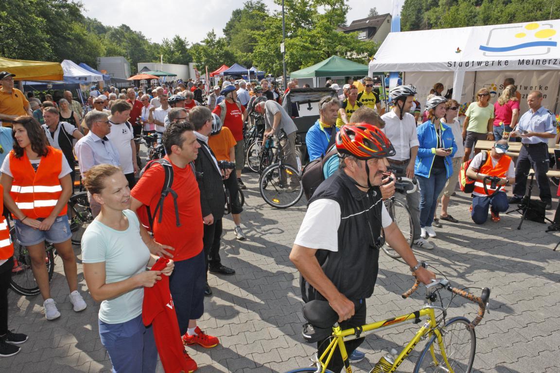 Der Lidl-Parkplatz in Meinerzhagen war schon vor dem offiziellen Start gut gefüllt. Foto: Hendrik Klein/Märkischer Kreis