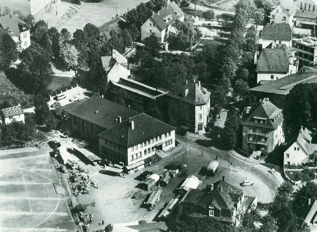 Meinerzhagen auf einer alten Luftaufnahme: Wochenmarkt vor der Turnhalle an der Lindenstraße.
