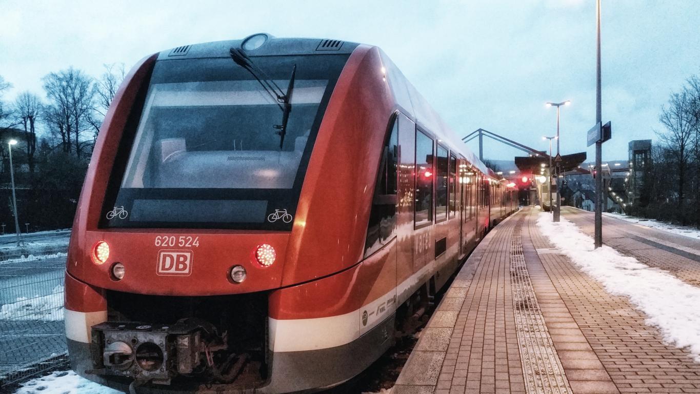 RB 25: Bahnhof Meinerzhagen am Abend